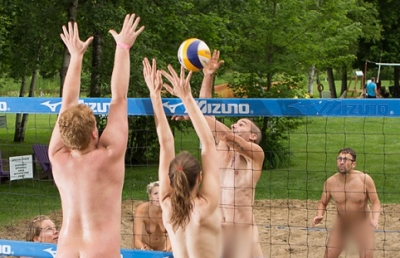 Nudisti vs naturisti: torneo di beach volley